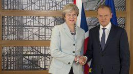 Theresa May og Donald Trusk gratulerer hverandre i Brussel.