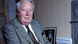 Statsminister Edward Heath sittende i stol. Foto