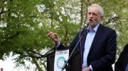 Labour-leder Jeremy Corbyn på talestolen, foto