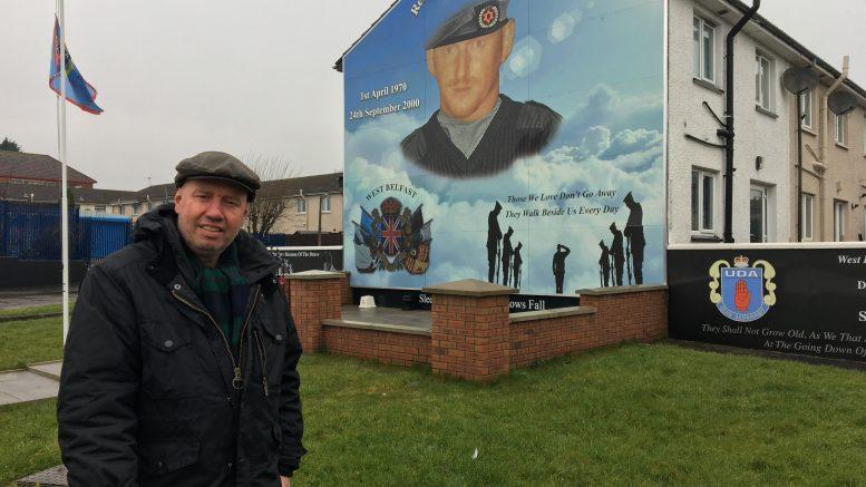 Jan Erik Mustad foran veggmaleri i Belfast- foto