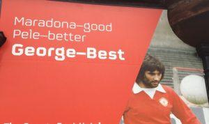 Bilde av George Best på vegg i Belfast.