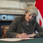 Theresa May skriver under artikkel 50 foto
