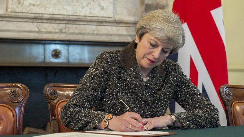 Theresa May skriver brev. Foto