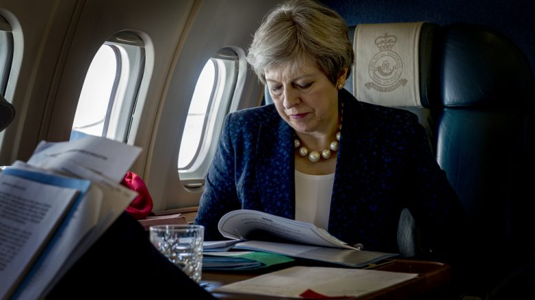 Theresa May i fly, leser dokumenter Foto