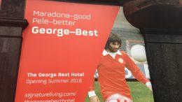 Skilt med bilde av George Best. Foto.