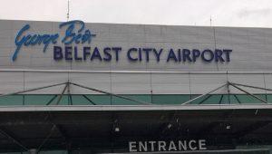 Skilt av flyplassen i Belfast. Foto.