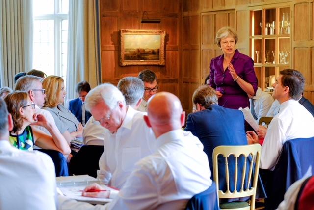 Regjeringens brexit-møte Chequers Theresa May snakker. Foto.