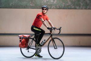 """Scene fra """"Alleluljah"""". Helsebyråkrat på sykkel. Foto"""