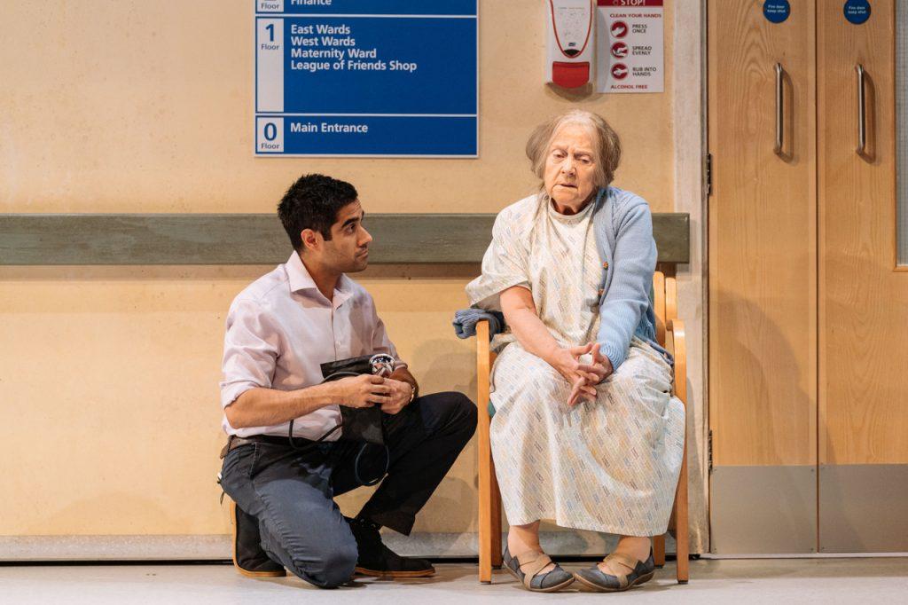 Sacha Dhawan som legen Valentinen and Julia Foster som Mary, en av pasientene. Foto