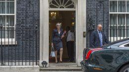 Statsminister Theresa May på vei ut av døra til Downing Street 10. Foto.