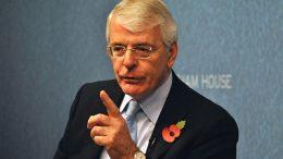 John Major på talestolen foto