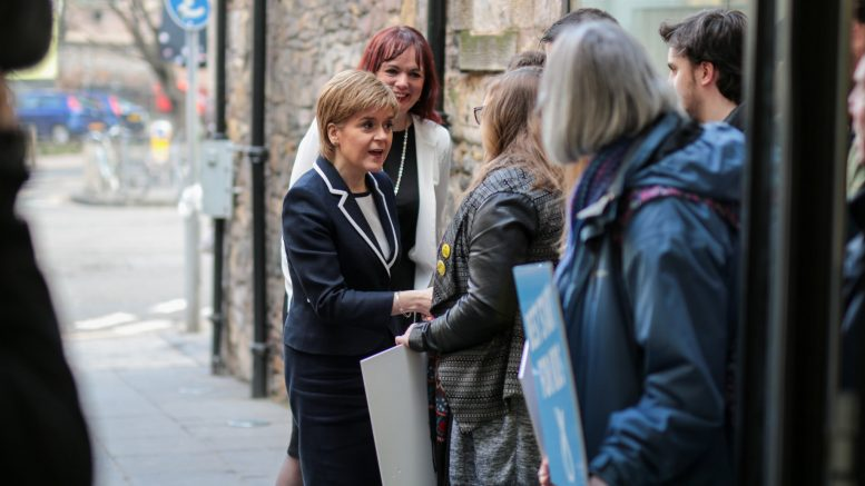 SNP-leder og førsteminister Nicola Sturgeon hilser på velgere i Edinburgh. Foto