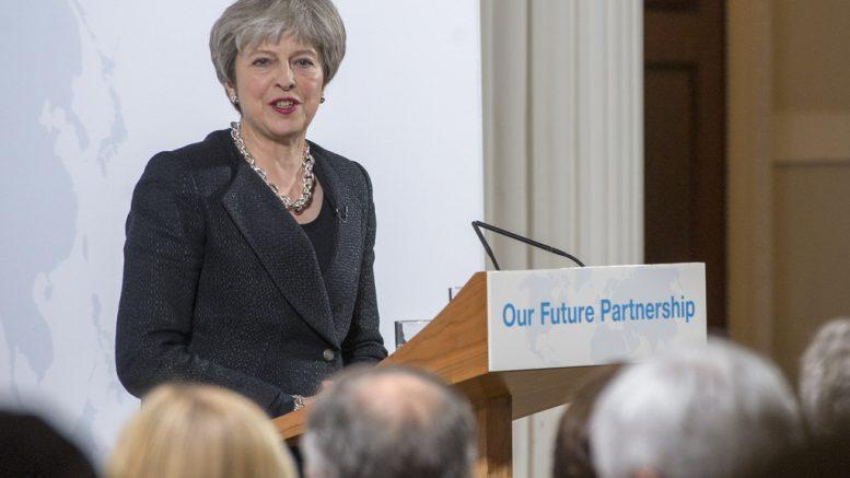 Theresa May på talerstolen. foto