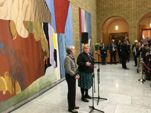Theresa May og Erna Solberg i Vandrehallen Stortinget Foto