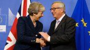 Theresa May og EU-kommisjonens sjef Jean-Claude Juncker hilser på hverandre. Foto