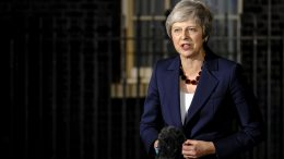 Statsminister Theresa May utenfor Downing Street. Foto