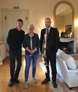 Richard Wood tok imot britiskpolitikk.nos utsendte Øyvind Bratberg og Trine Andersen i residensen. Står ved siden av hverandre. Foto