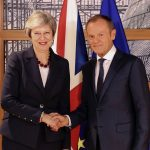 EU president Donald Tusk hilser på Theresa May. Foto