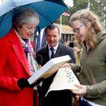 Theresa May møter velgere i Wales. Foto