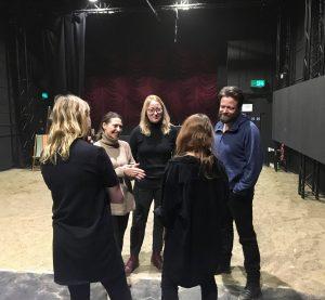Pia Tjelta, regissør Marit Moum Aune og Kåre Conradi i prøvesalen i London Foto