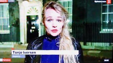 Tonje Iversen TV 2 utenfor Downing Street. Foto fra TV