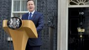 David Cameron utenfor 10 Downing Street. Foto