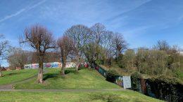 Bølgeblikk gjerde gjennom Alexandra Park i Belfast Foto