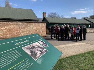 Turistgruppe foran treskur på Bletchley Foto