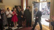 Boris Johnson går inn døra i Downing Street 10