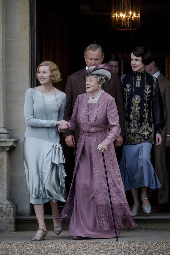 Scene fra den nye Downton Abbey-filmen med blant andre Maggie Smith. Foto