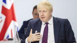 Boris Johnson, nærbilde med flagg. Foto