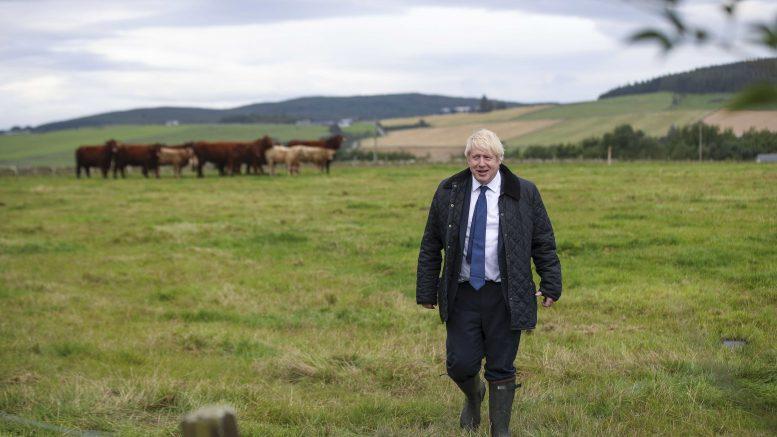 Boris Johnson ute på jordet.Foto