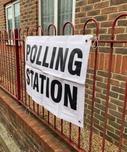 Skilt polling station Foto