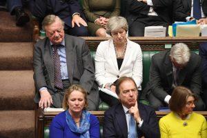 Theresa May ved siden av Kenneth Clarke i Underhuset lørdag.Foto
