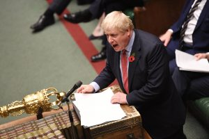 Boris Johnson i Underhuset. Foto
