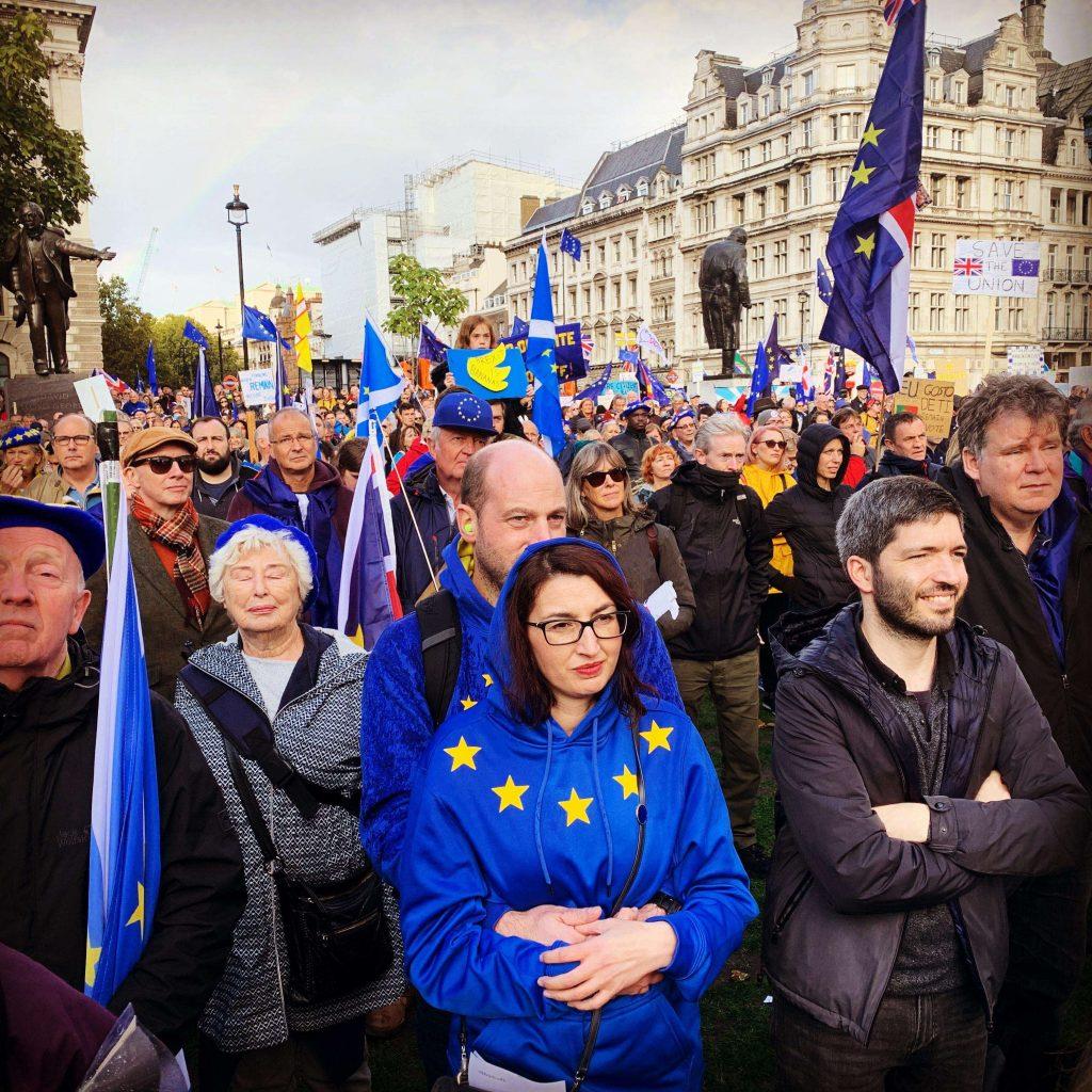 Demonstranter utenfor Parlamentet. Foto
