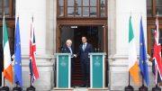 Boris Johnson og Leo Varadkar under et møte i Dublin. Foto