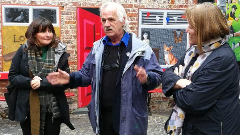 Dee Morgan, Danny Devenny og Annette Groth i Belfast. Foto
