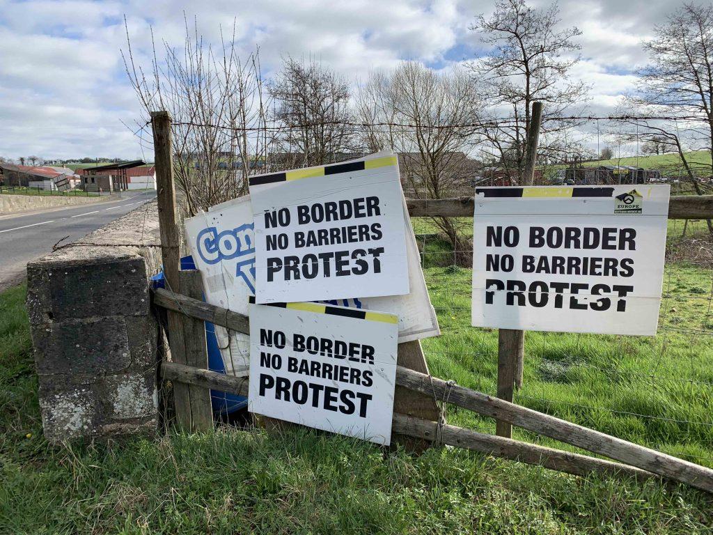 Skilt fra grensen mellom Nord-Irland og Irland. foto