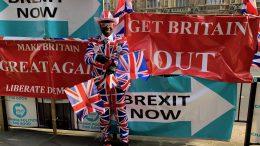 Joseph Afrane i sin Union Jack-dress utenfor Parlamentet. Foto