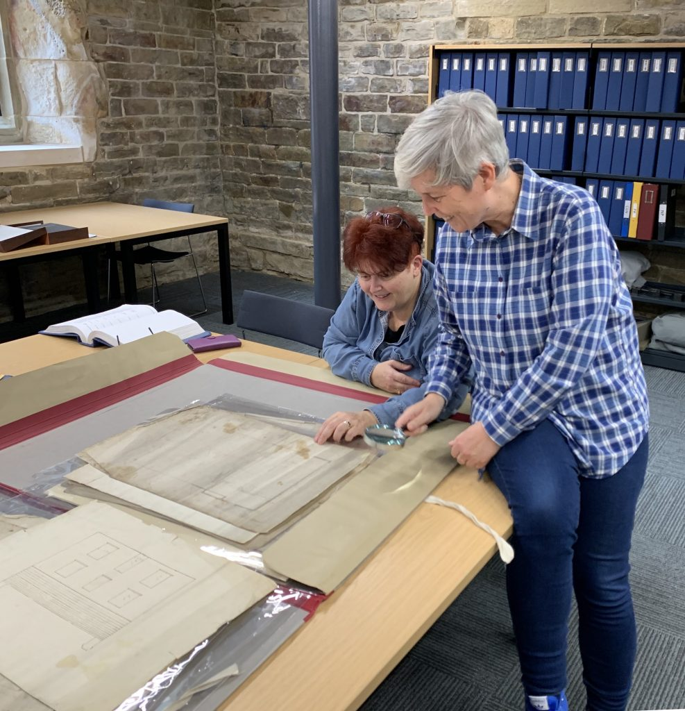 Sally Wainwright og Anne Choma i arkivet i biblioteket i Halifax. foto