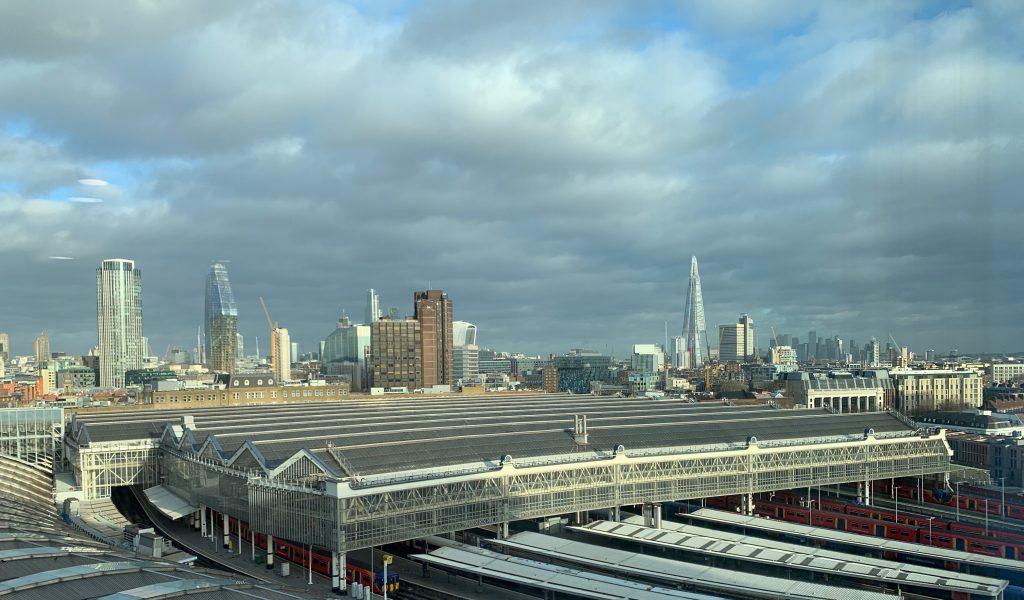 Oversiktsbilde av Londons skyline med Waterloo station i forgrunnen. Foto.