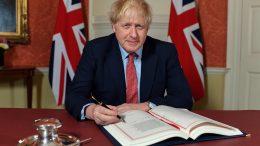 Boris Johnson skriver under på skilsmisseavtalen med EU. Foto