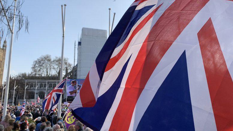 Bilde av britisk flagg foran folkemengde