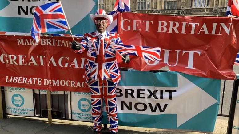 Brexit-tilhenger med dress som et britisk flagg. Foto