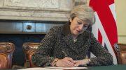 Theresa May undertegner skilsmissebrevet med EU. Foto