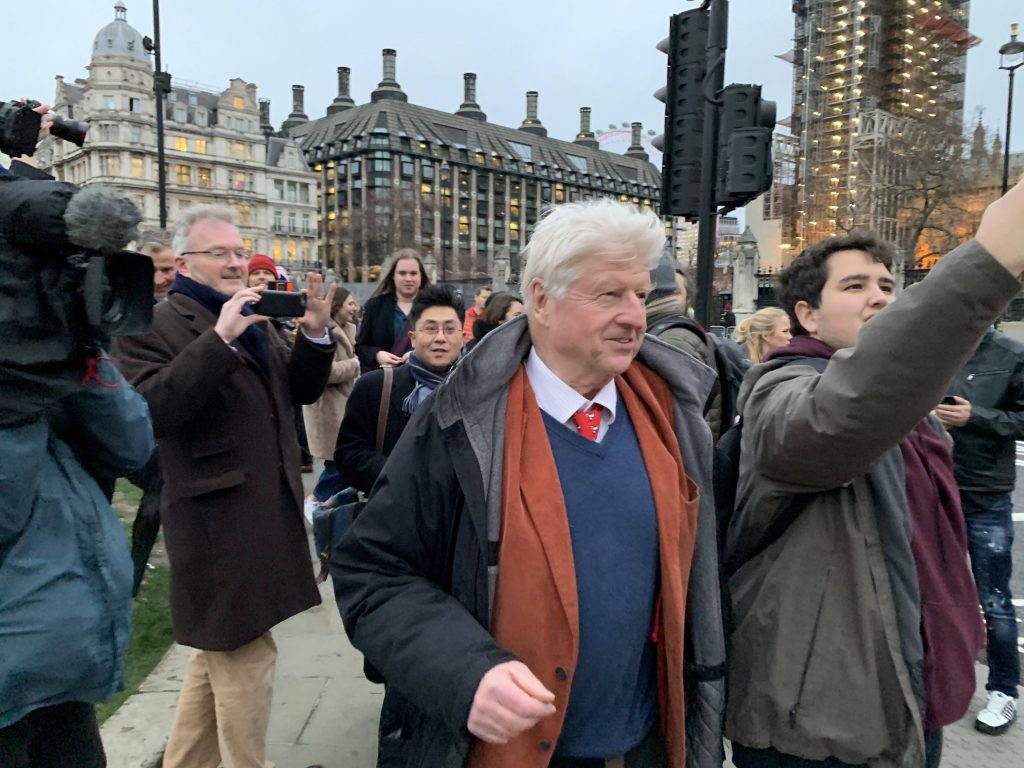 Stanley Johnson på Parliament Square. Foto
