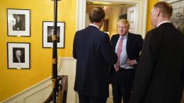 Boris Johnson i Downing Street. Foto