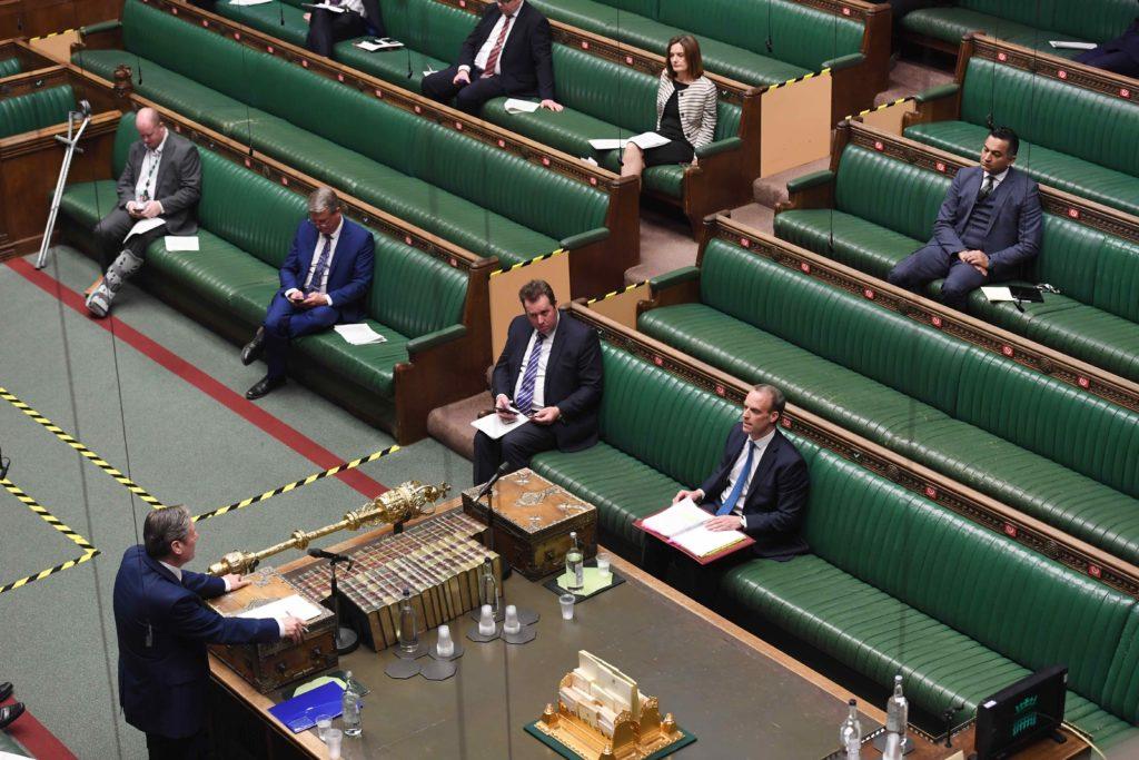 Sir Keir Starmer i sin første spørretime som Labour-leder. Parlamentarikerne sitter med god avstand til hverandre. Foto