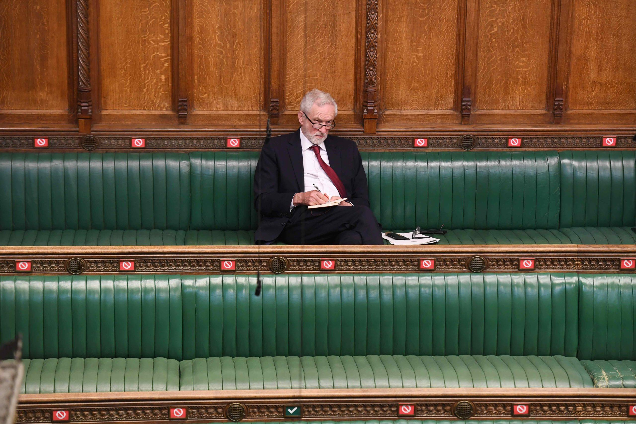 Jeremy Corbyn på bakerste benk. Foto